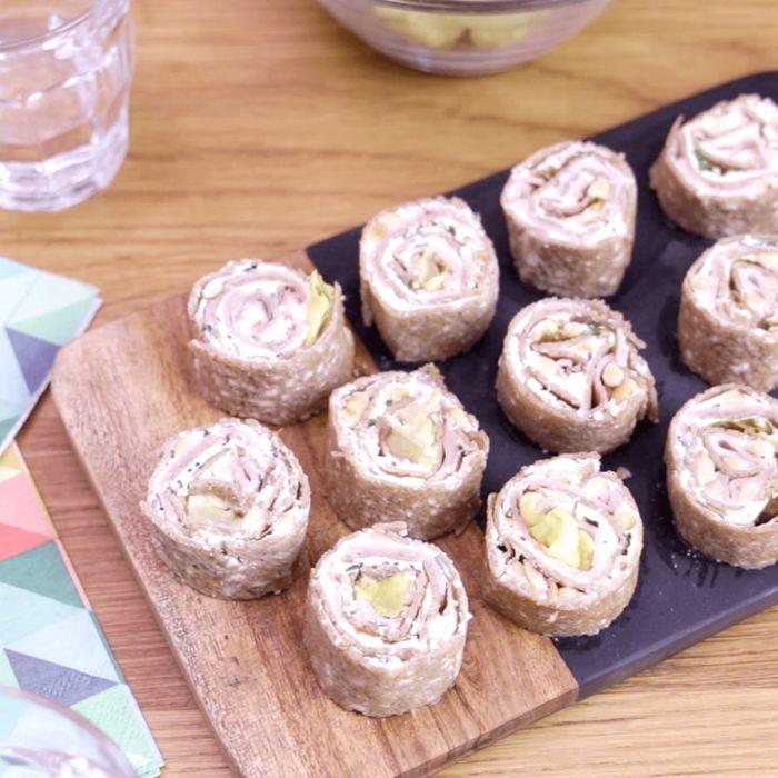 Makis de crêpe de sarrasin au fromage frais, jambon et coeur de laitue