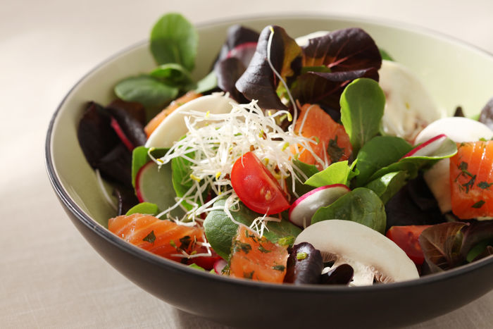Salade de Mâche & Jeunes Pousses, saumon mariné et pousses d'Alfalfa