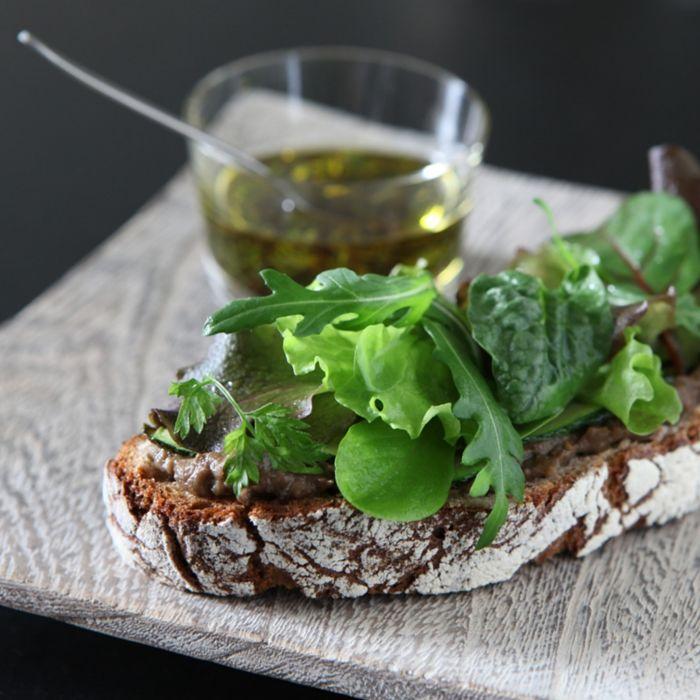 Bruschettas au caviar d'aubergines et salade du jour