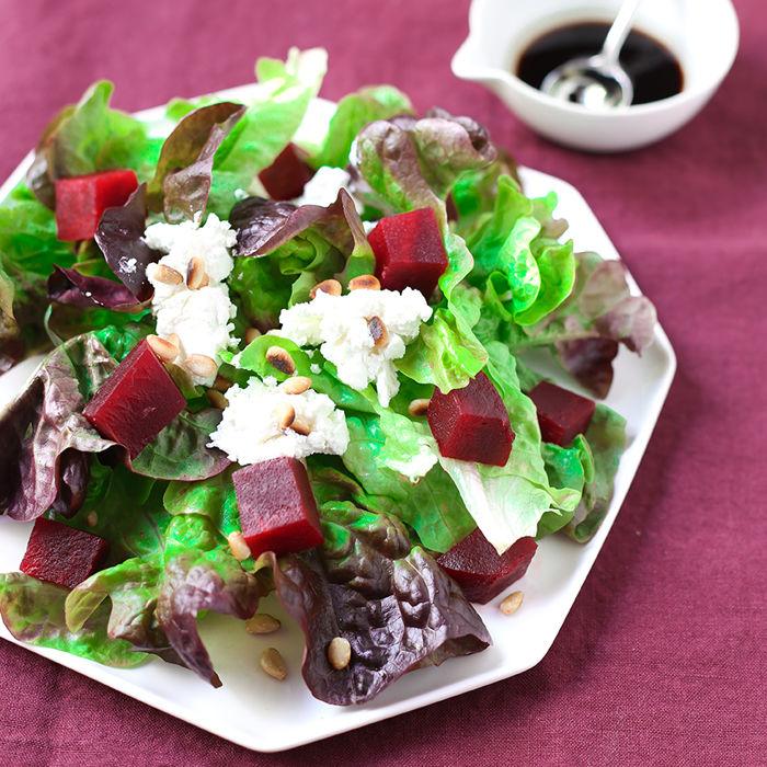 Salade de betteraves au chèvre frais et pignons de pin